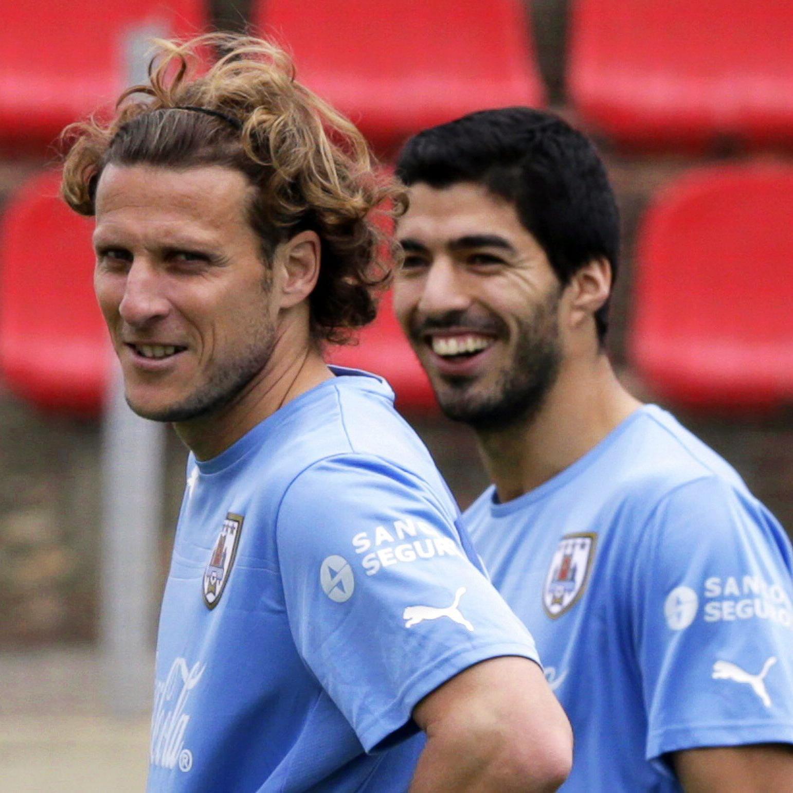 Diego Forlan (l.) und Stürmerstar Luis Suarez, der noch geschont wird.