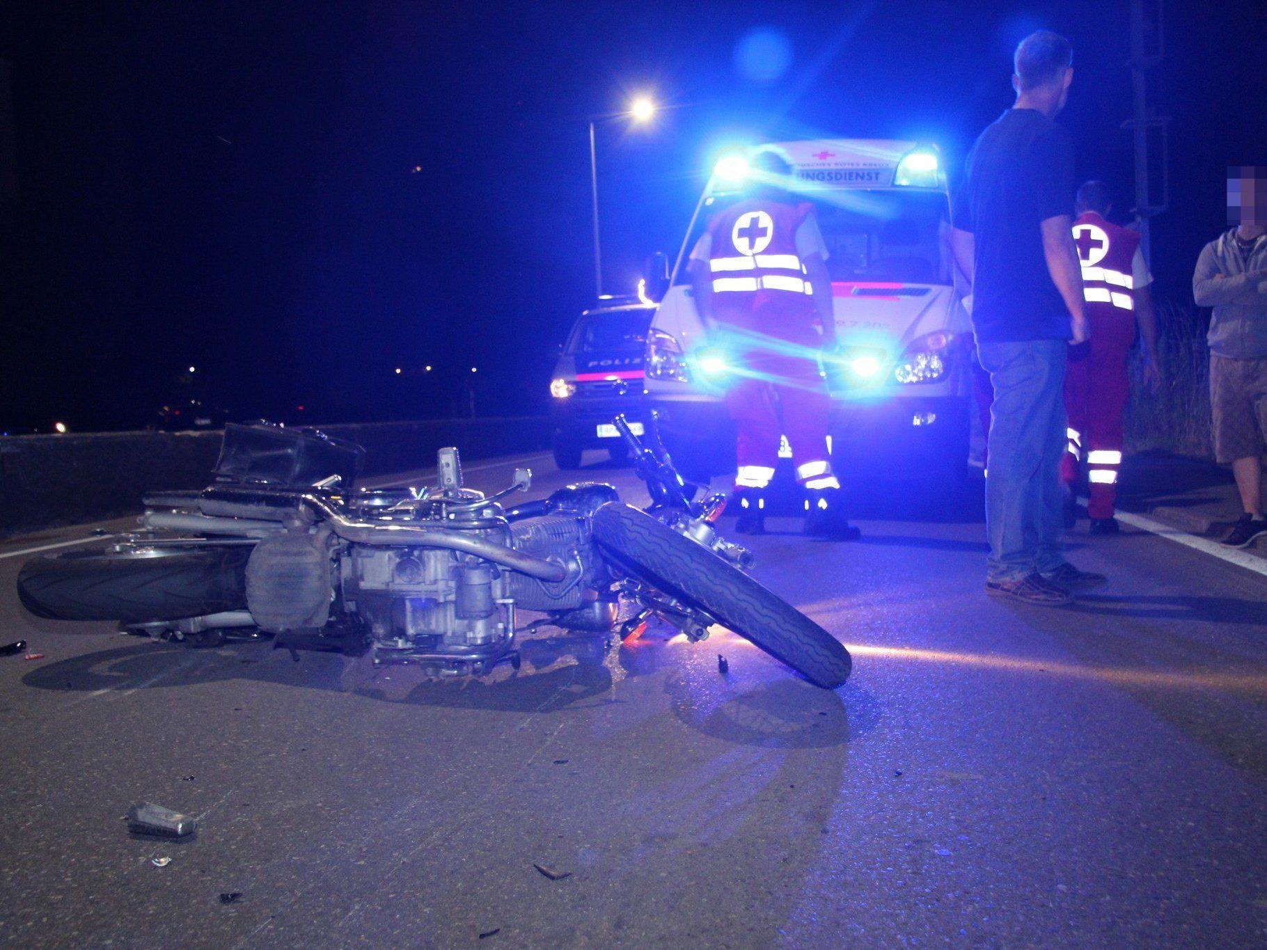 Der Motorradlenker wurde bei dem Unfall leicht verletzt.