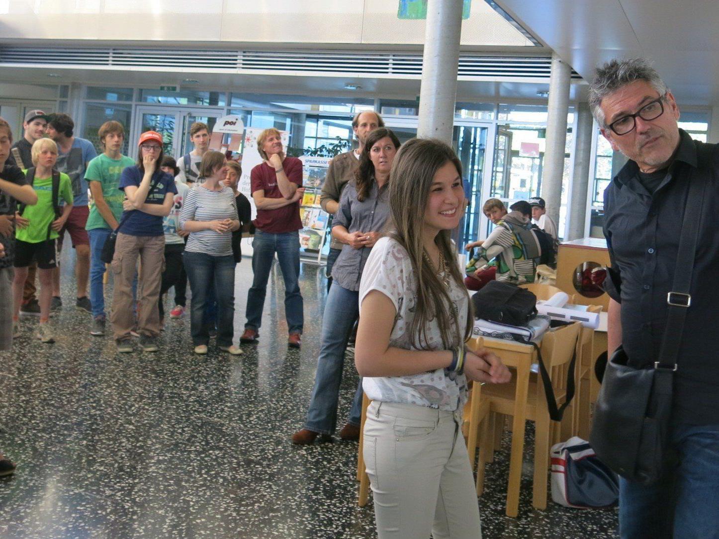 """Wie wird der Jugendplatz genannt? Grafikdesigner Sigi Ramoser begleitete die Jugendlichen in Sachen """"Wegweiser und Nutzungsregeln""""."""