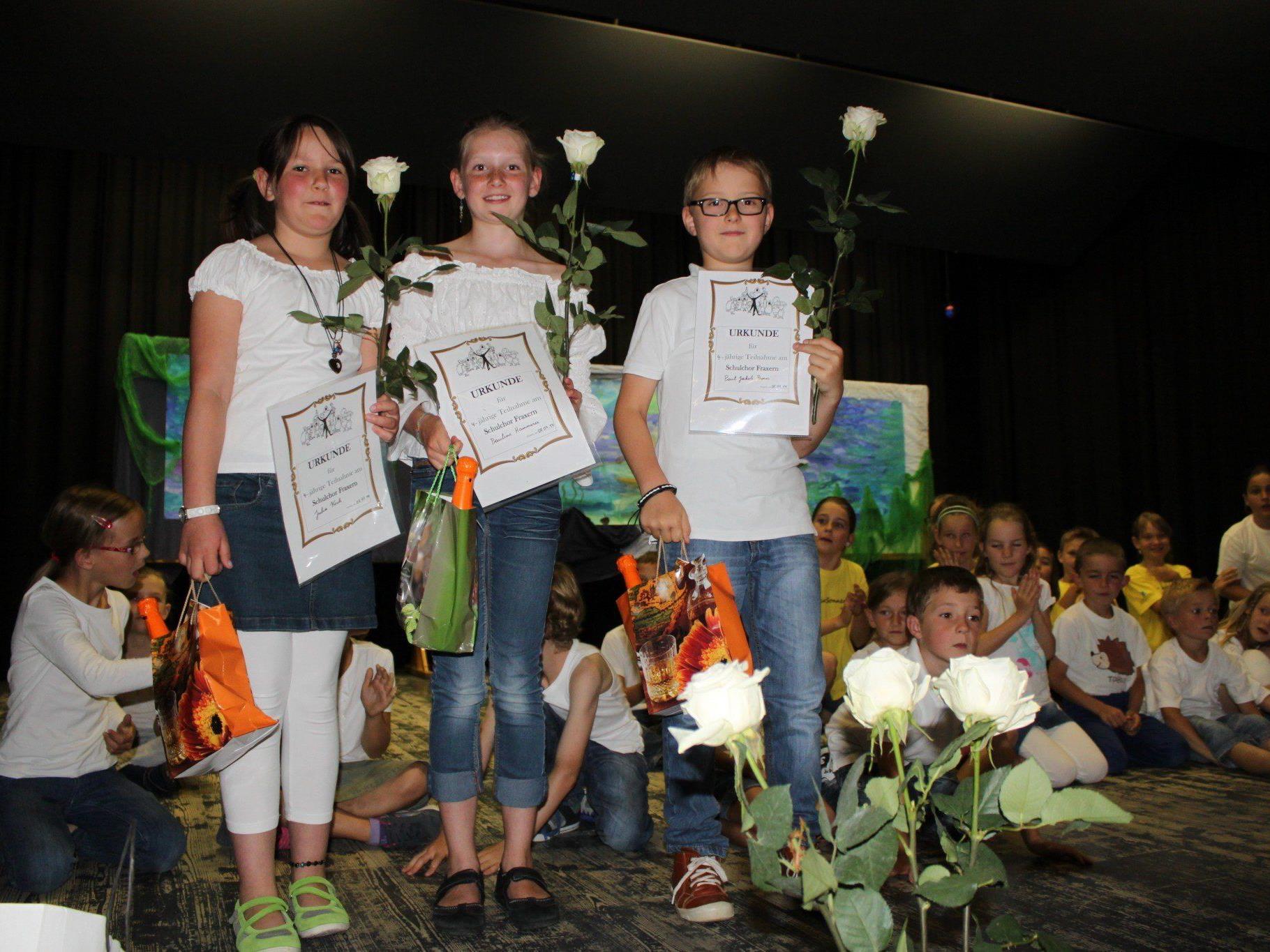 v.li. Julia Koch, Pauline Hammerer und Paul Prenn haben die Volksschule Fraxern abgeschlossen und wurden reich beschenkt und mit Glückwünschen verabschiedet.