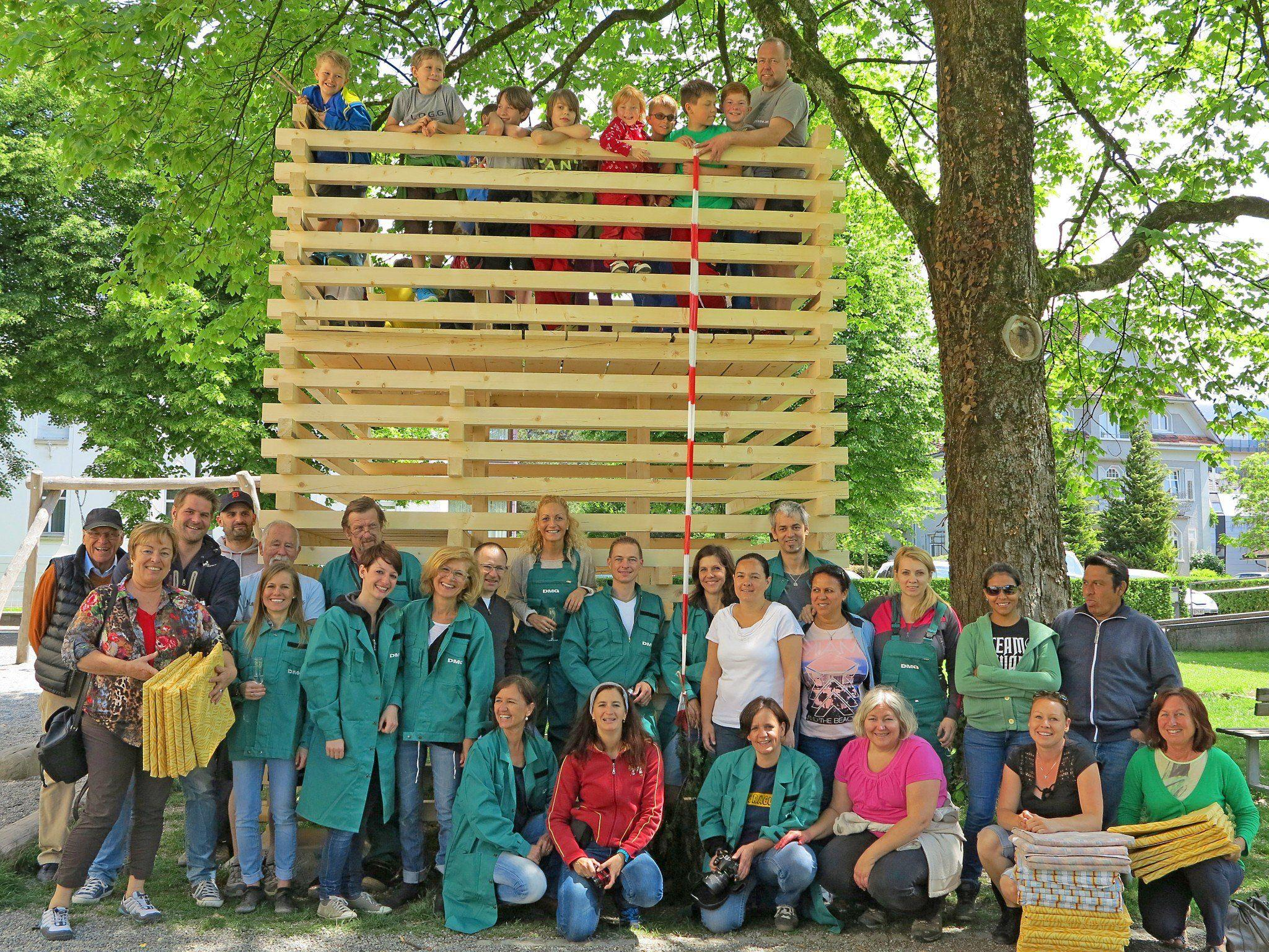 """Die großen und kleinen """"Schaffar"""" feierten Firstfeier beim neuen Baumhaus."""