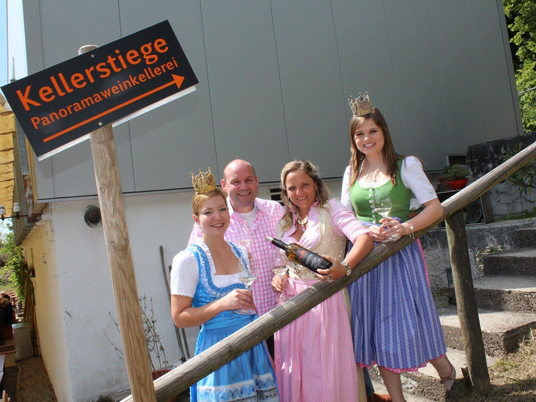 Sepp und Michaela Möth mit der Weinkönigin Kathrin Watzdorf und der Weinprinzessin Lena Waltle.