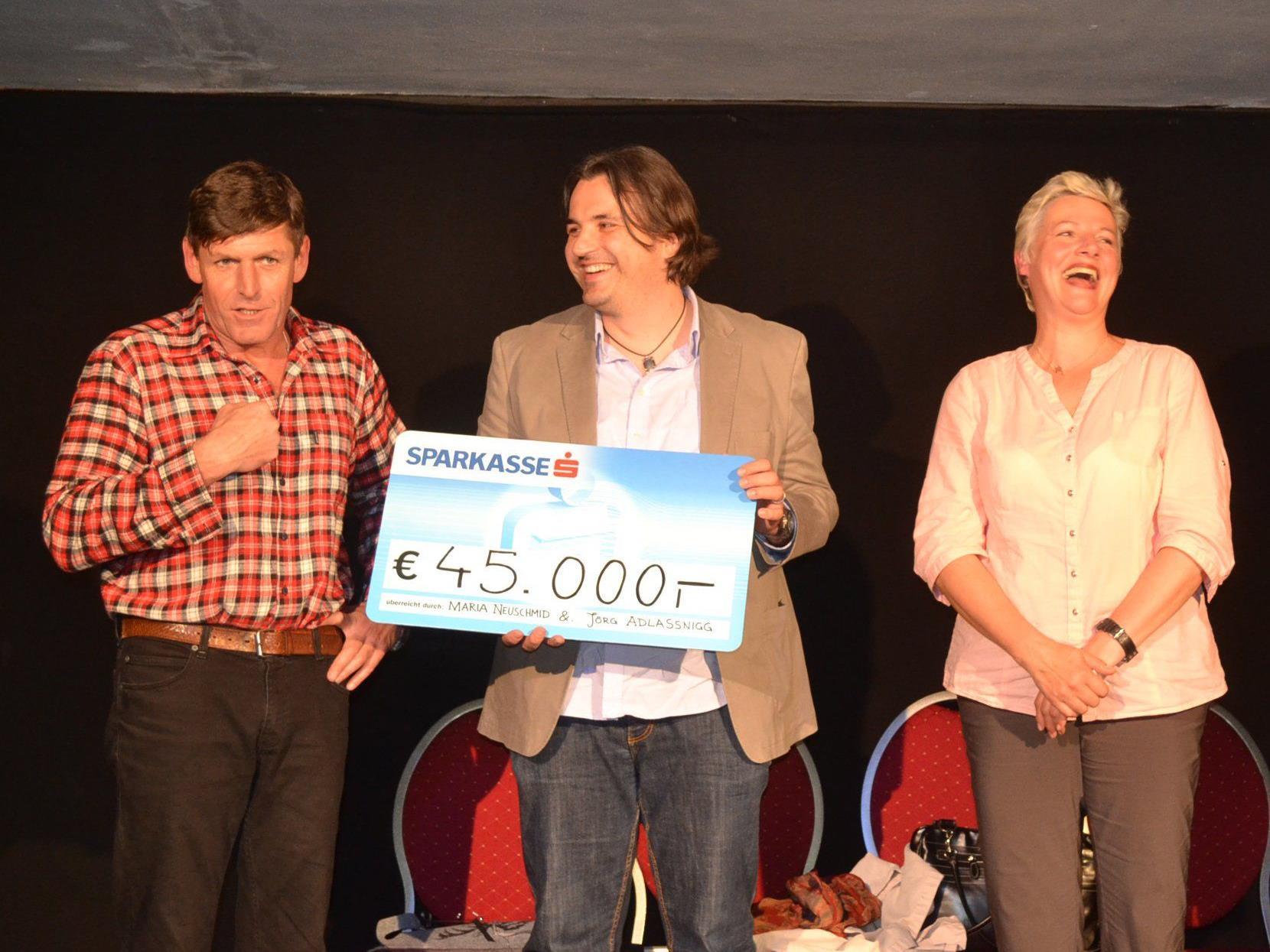 """""""Der Ausflug"""" von Neuschmid und Adlassnigg konnten sie so im Gurtiser Kellertheater einen Scheck mit einer sagenhaften Spendensumme von 45.000 Euro an Martin Fellacher von der Caritas-Flüchtlingshilfe übergeben."""