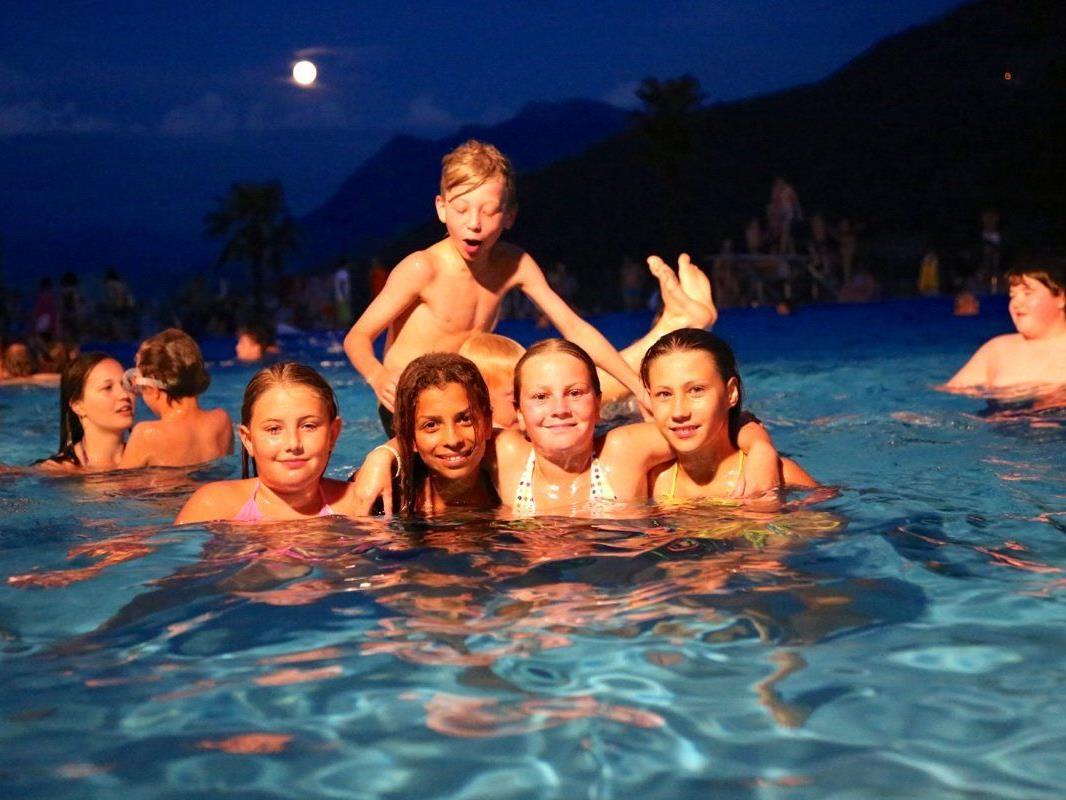 Es ist ein  Schwimmerlebnis der besonderen Art, wenn der Vollmond das älteste Schwimmbad des Landes erleuchtet
