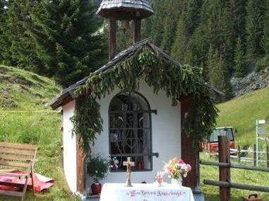 Bei der Kapelle auf dem Montiel wird die Messe gefeiert.