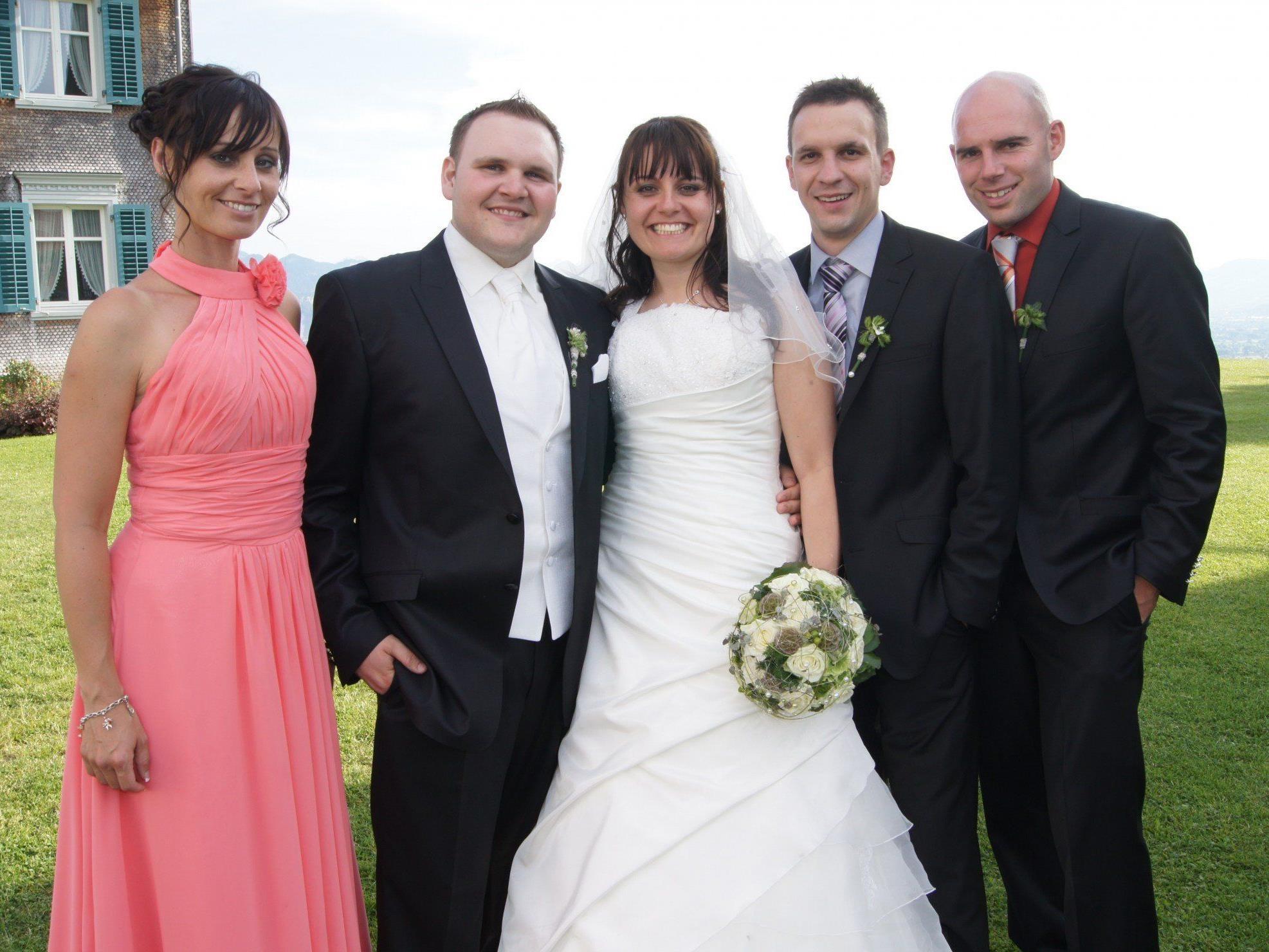 Das Brautpaar mit den Trauzeugen bei der kirchlichen Hochzeit in Bildstein.