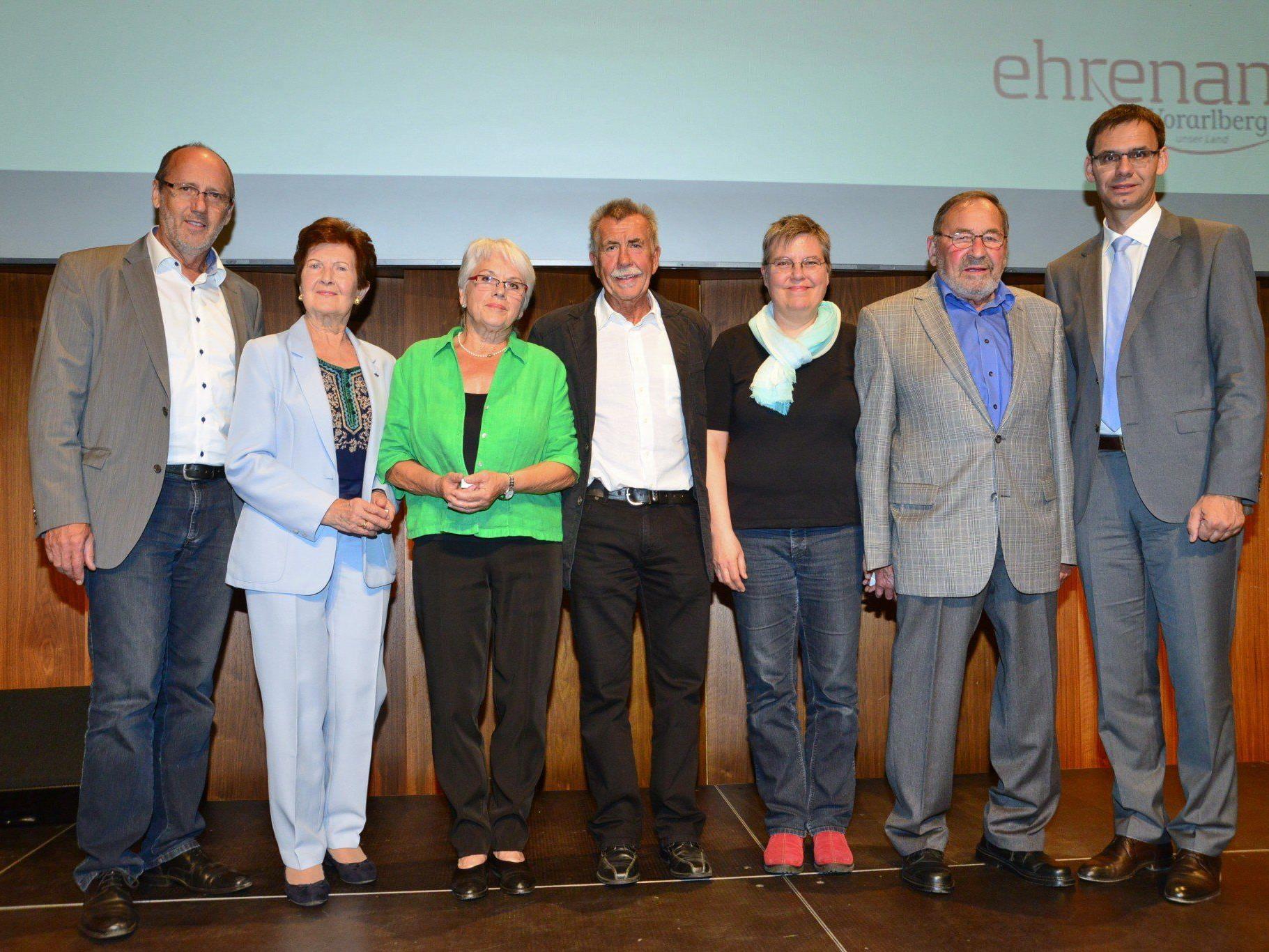 LH Markus Wallner und Bgm. Xaver Sinz bedankten sich bei acht ehrenamtlich engagierten Mitbürgern aus Lochau. Auf dem Bild fehlen Sigrid Kolm, Günther Primus und Robert Schwarz..
