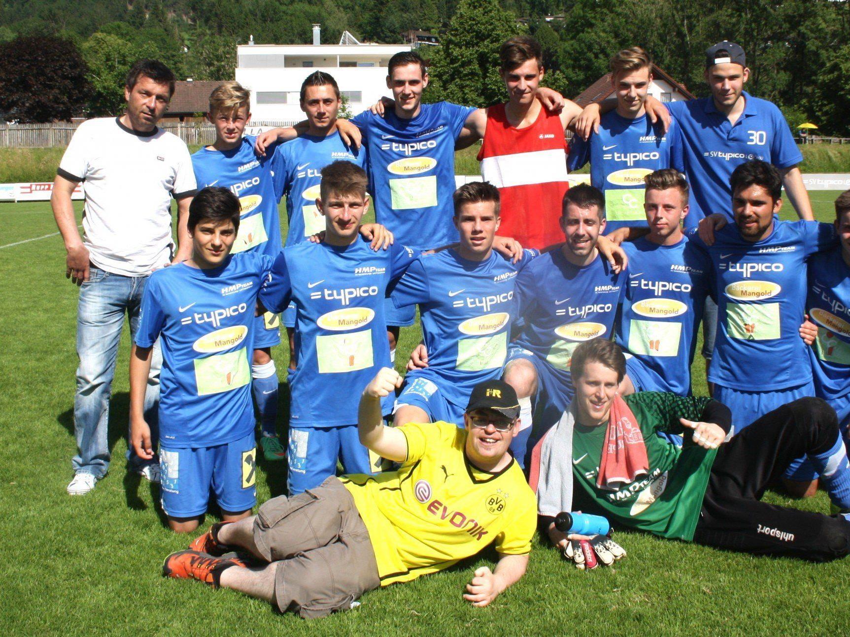 Mannschaft, Trainer, Betreuer und Fans des 1b Teams des SV Typico Lochau feierten den Klassenerhalt in der 3. Landesklasse.