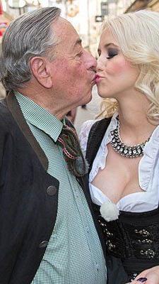 Richard Lugner (l.) präsentiert seine neue Lebensgefährtin Cathy Schmitz im April in Salzburg