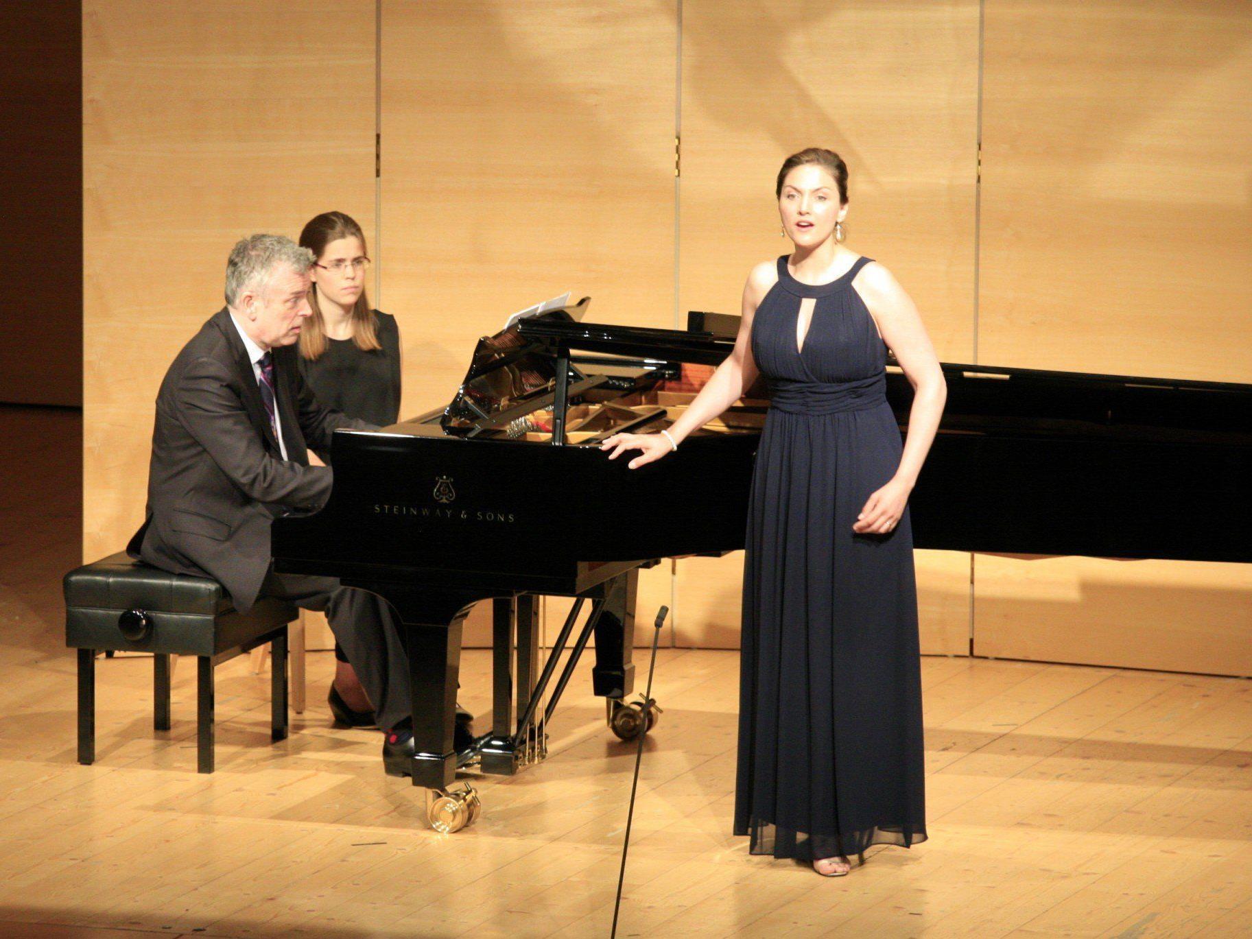 Sylvia Schwartz und Malcolm Martineau mit Werken von Schumann, Schubert und spanischen Komponisten im Angelika-Kauffmann-Saal.