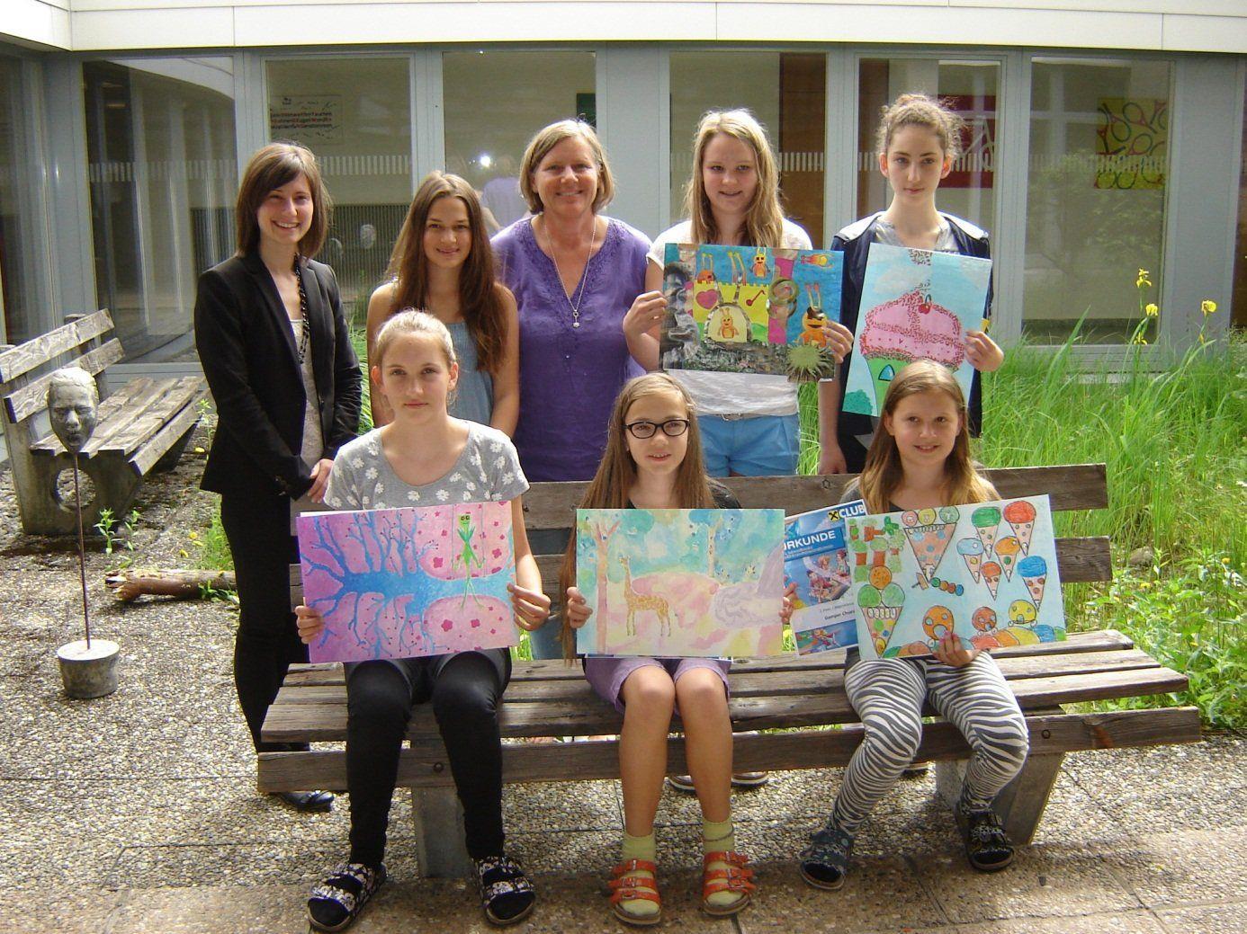 Die kreativen Schülerinnen der Mittelschule Rheindorf mit ihren siegreichen Werken.