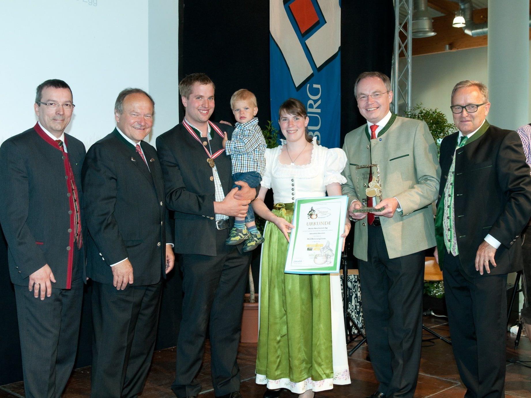 Manuel mit Sohn Daniel und Magdalena Metzler, umgeben von der Fachjury und Vertretern der INTERAGRAR