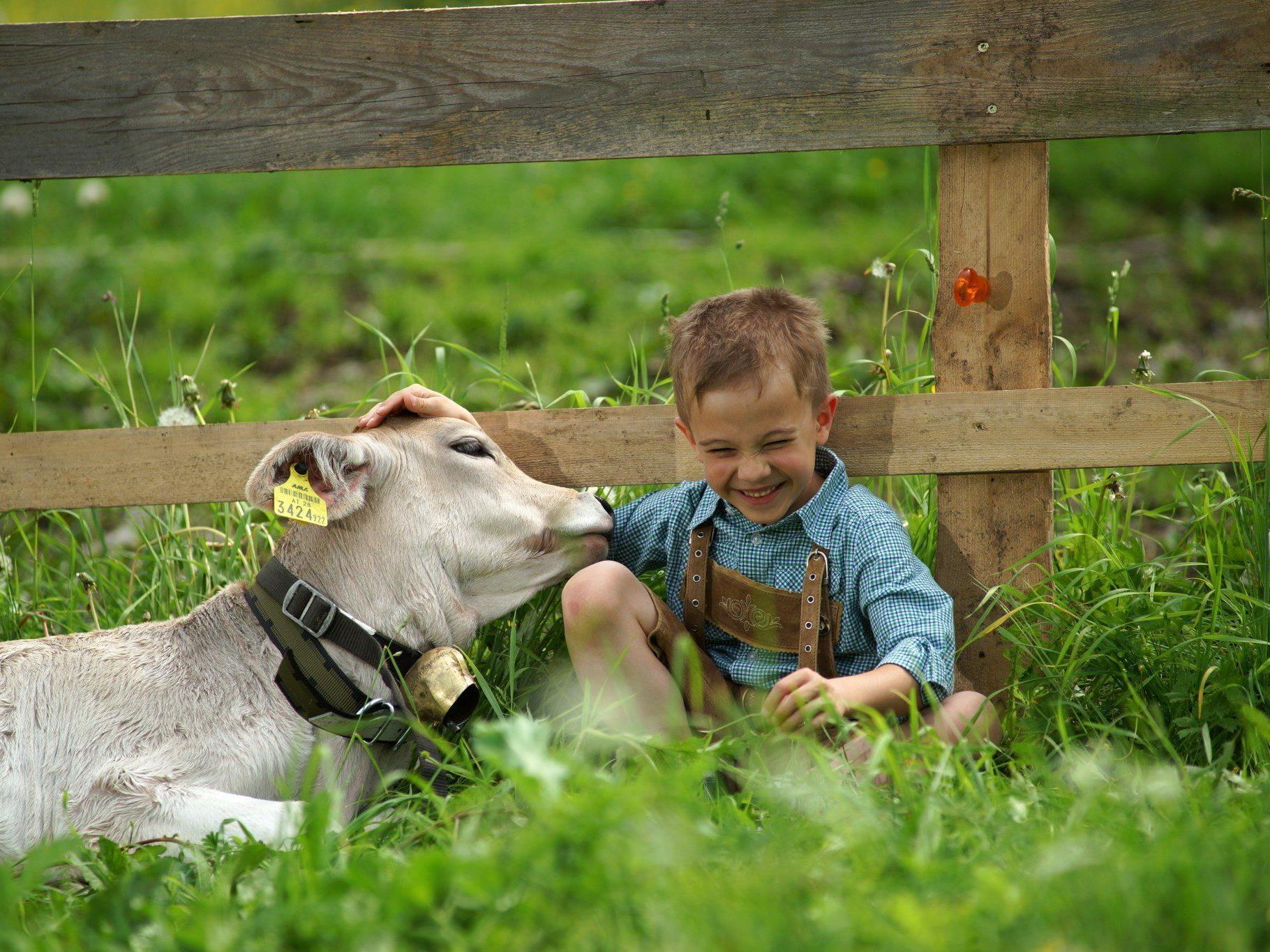 Max und sein neuer bester Freund freuen sich auf das sonnige Pfingstwochenende.