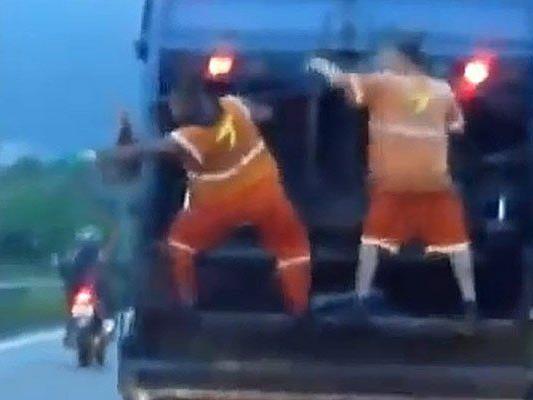 Diesen Müllmännern stinkt ihre Arbeit scheinbar überhaupt nicht.