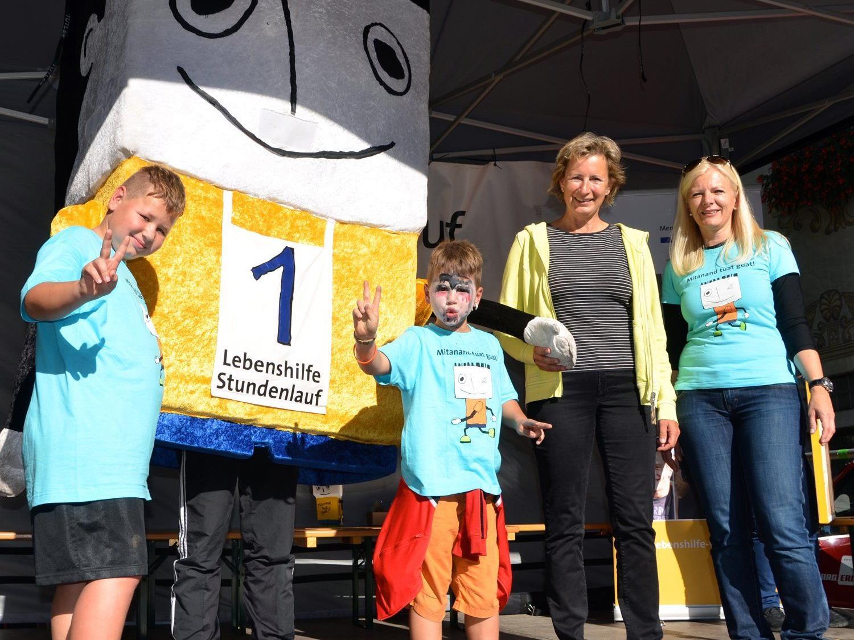 Landtagspräsidentin Dr. Gabriele Nußbaumer mit Lebenshilfe-Geschäftsführerin Mag. Michaela Wagner und jungen Teilnehmern beim Stundenlauf in Feldkirch.