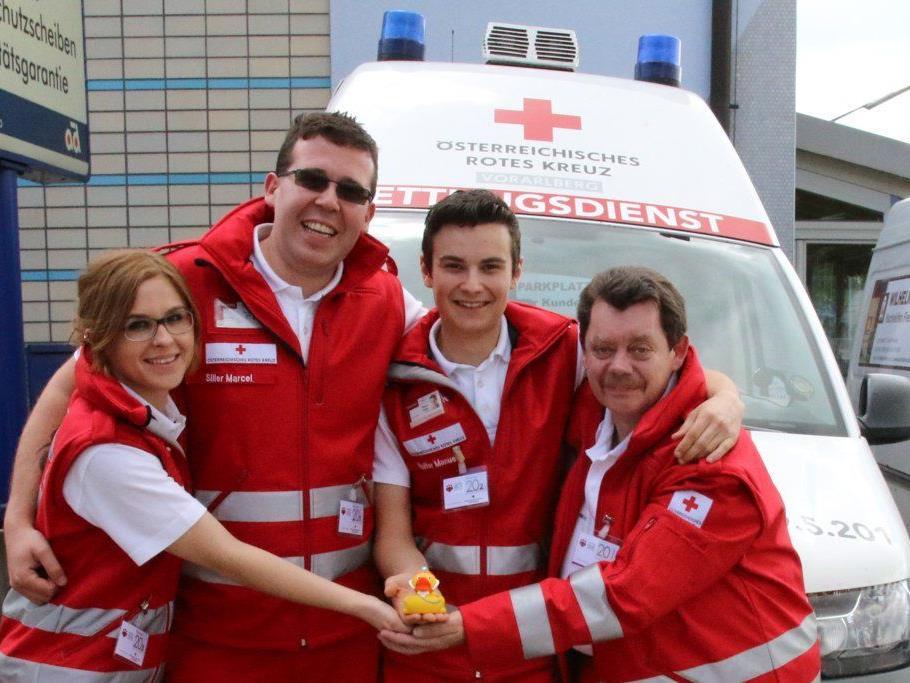 Das Team Marie Juen, Marcel Siller, Manuel Walter und Trainer Norbert Raunicher mit der Glücks-Rettungsente.