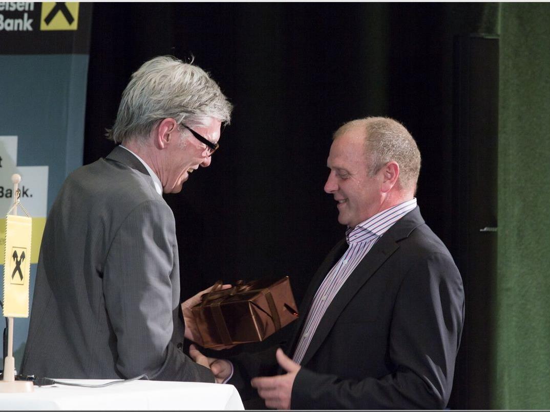 Kaspar Bär wird für von Wilfried Hopfner für sein 35-jähriges Engagement geehrt