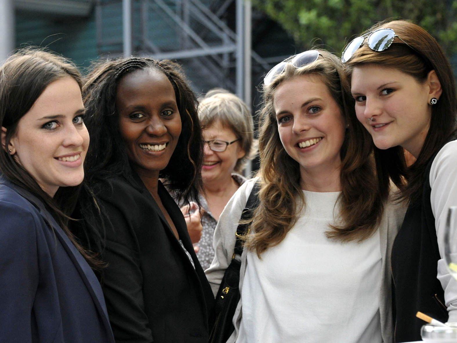 Die Mitarbeiter/innen aus Bludenz und Herrenried genießen das gemeinsame SeneCura Sommerfest.