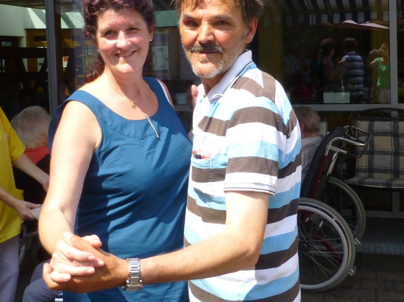 Pflegedienstleitung Karin Zangerle und Bewohner Leo Rüdisser schwingen das Tanzbein.