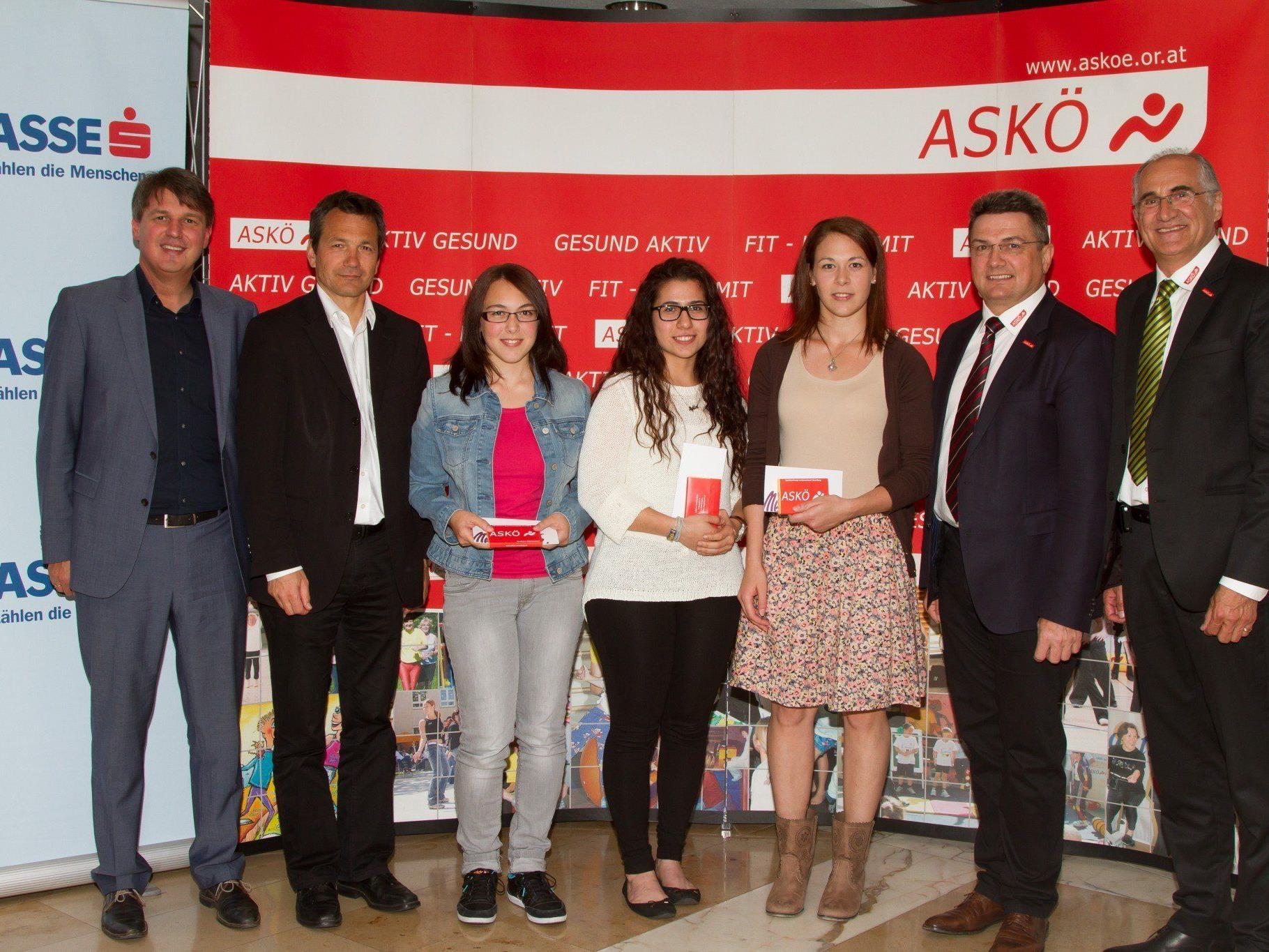 Ehrengäste mit erfolgreichen ASKÖ-Sportlerinnen des Shotokan Karateclub Lustenau (v.l. Fischer, Zangerl, Aberer A., Aktas, Aberer N., Krist, Neururer)Krist