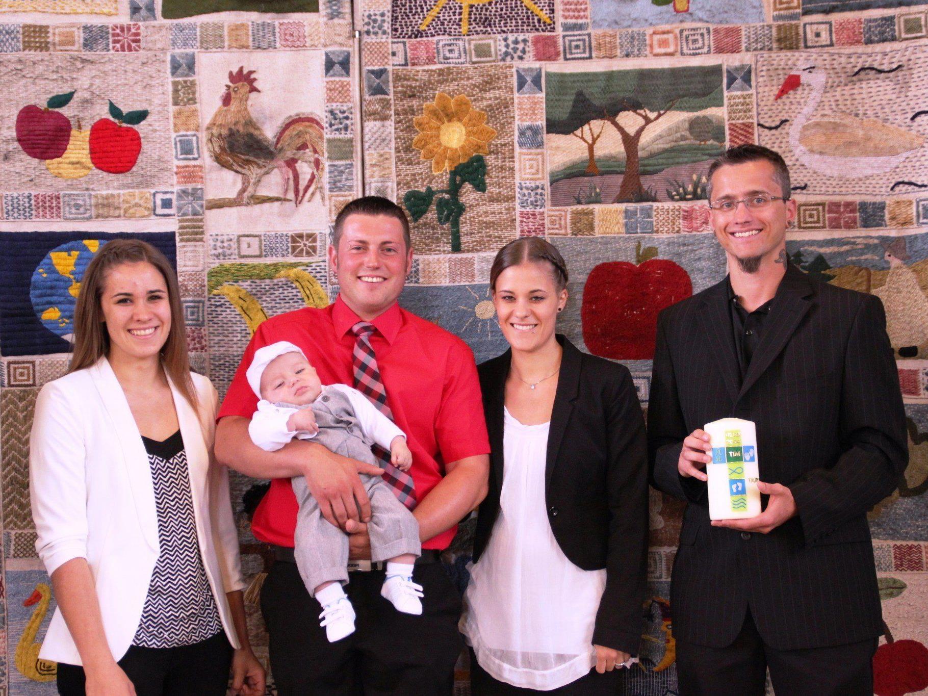 Tim mit seinen Eltern und Taufpaten.