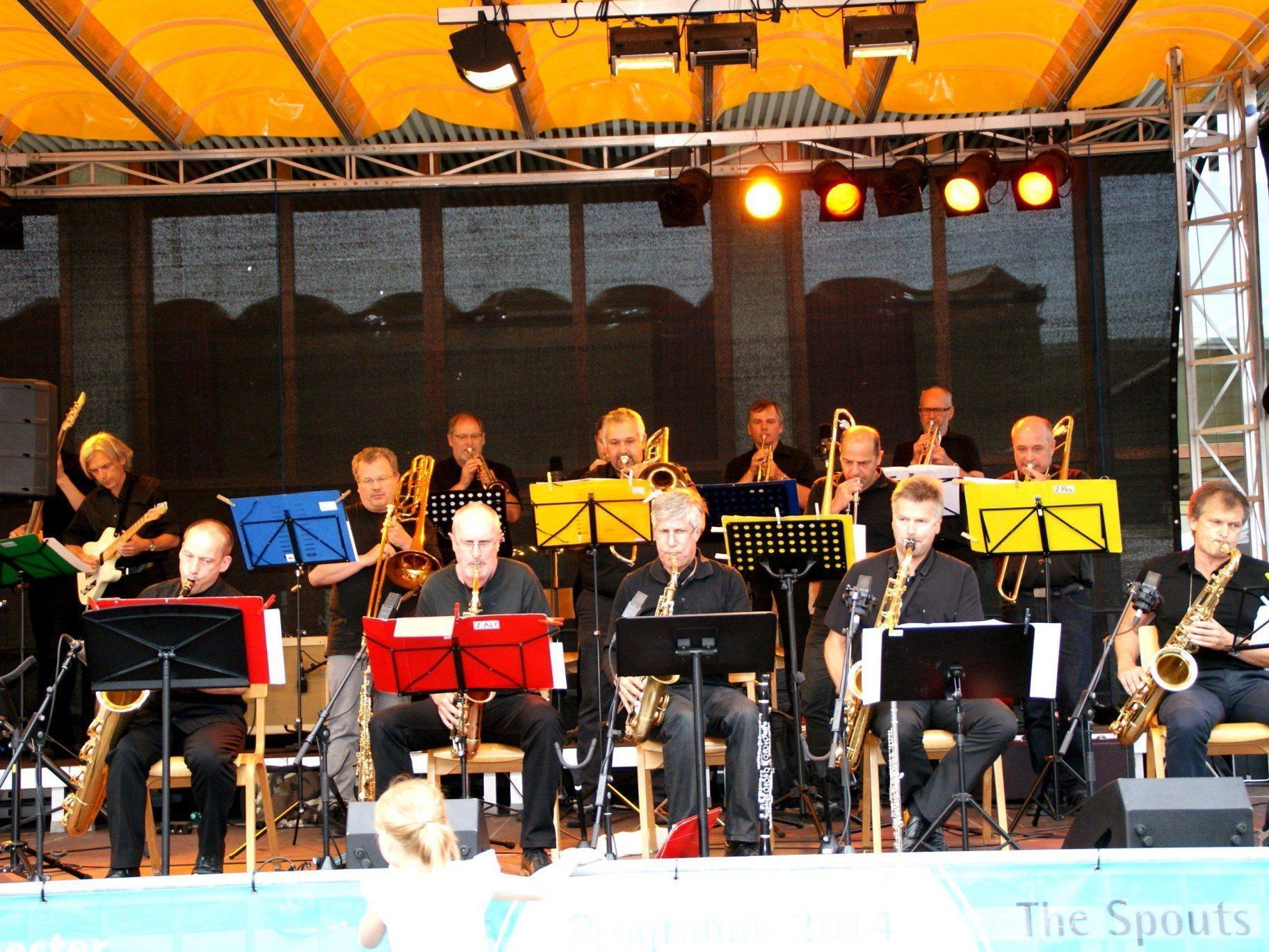 Die Swing-Werk Big Band jazzte auf dem blauen Platz