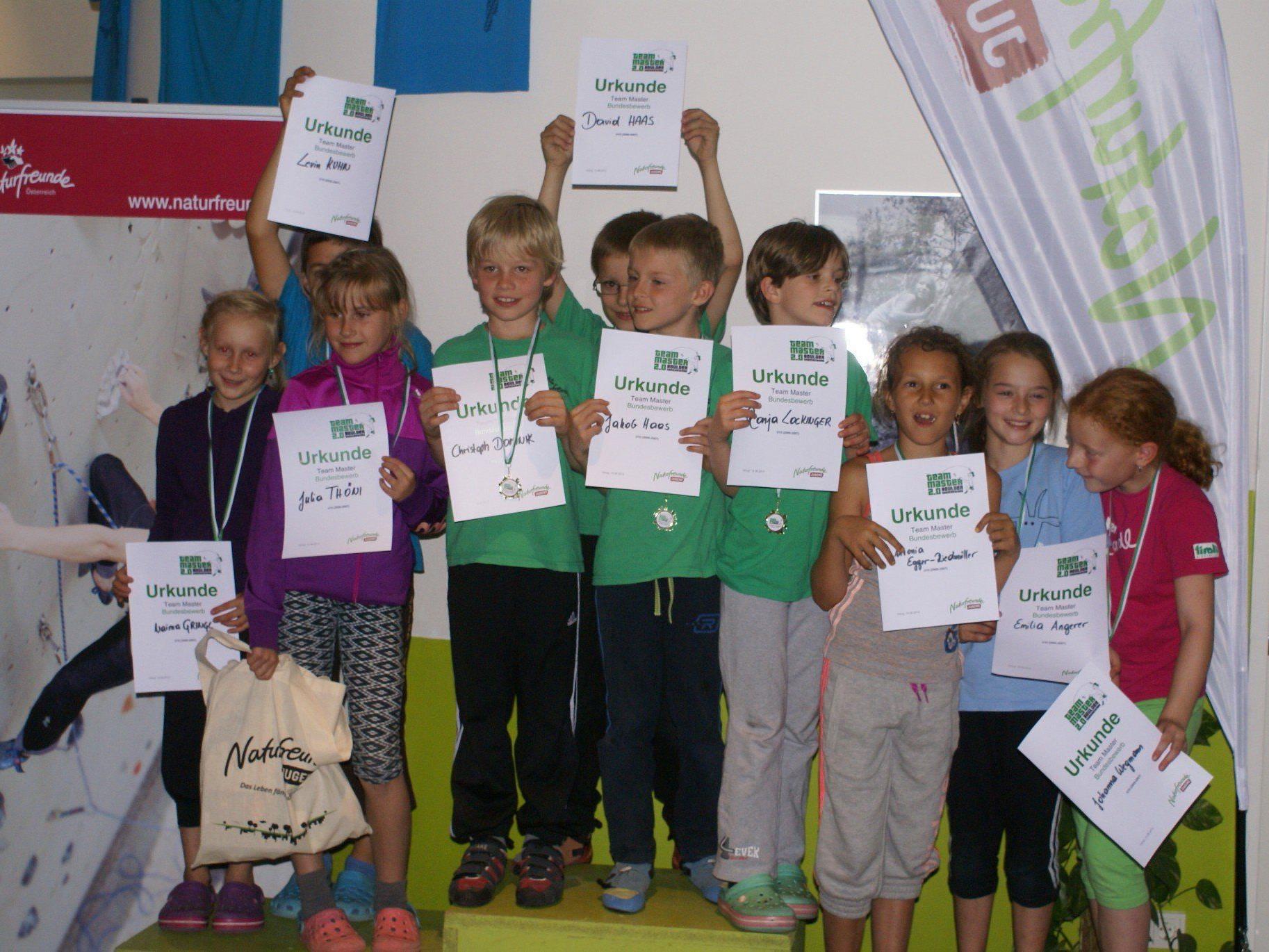 U10_Team Bludenz (v.l. Naima Gringl und Julia Thöni und hinten Levin Kuhn) ganz links auf Platz 2.