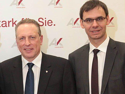 Landeshauptmann Markus Wallner stärkt Arbeiterkammer-Präsident Hubert Hämmerle den Rücken.