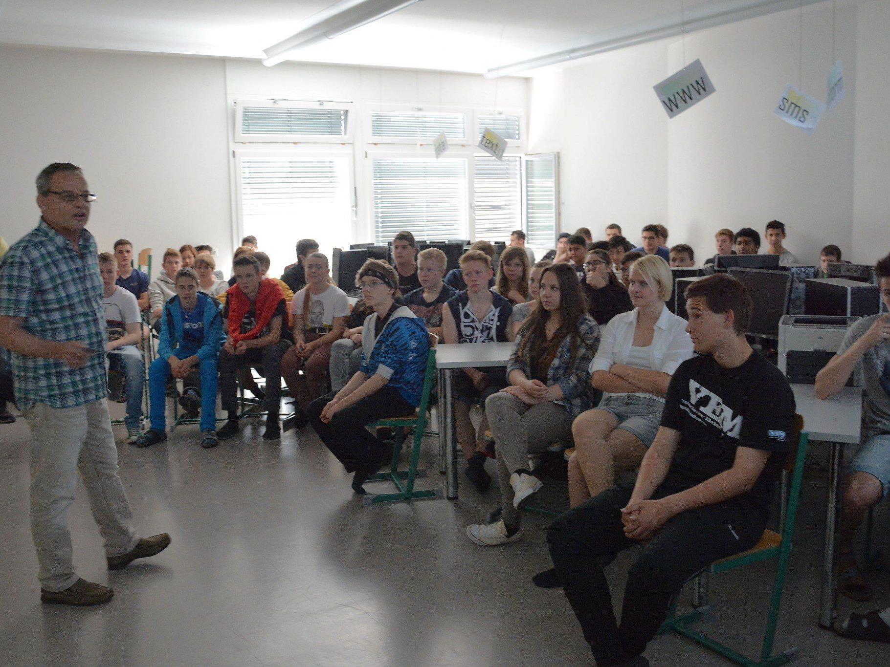 Dir. Elmar Rümmele stellte den Schülern den Künstler und sein Werk vor.