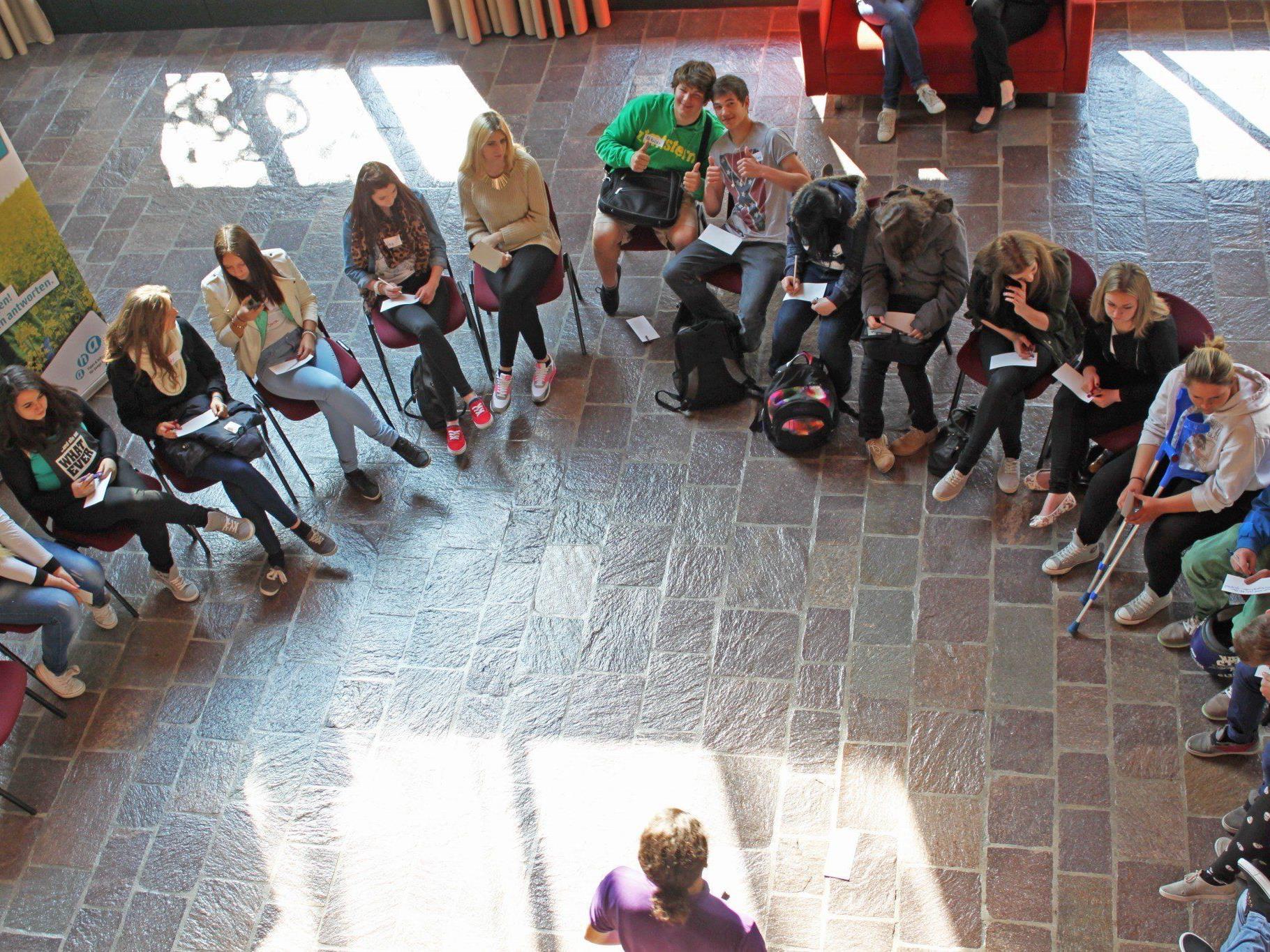 """Spannende Workshops aus der Reihe """"Jugend & Politik"""" können im aha gebucht werden."""