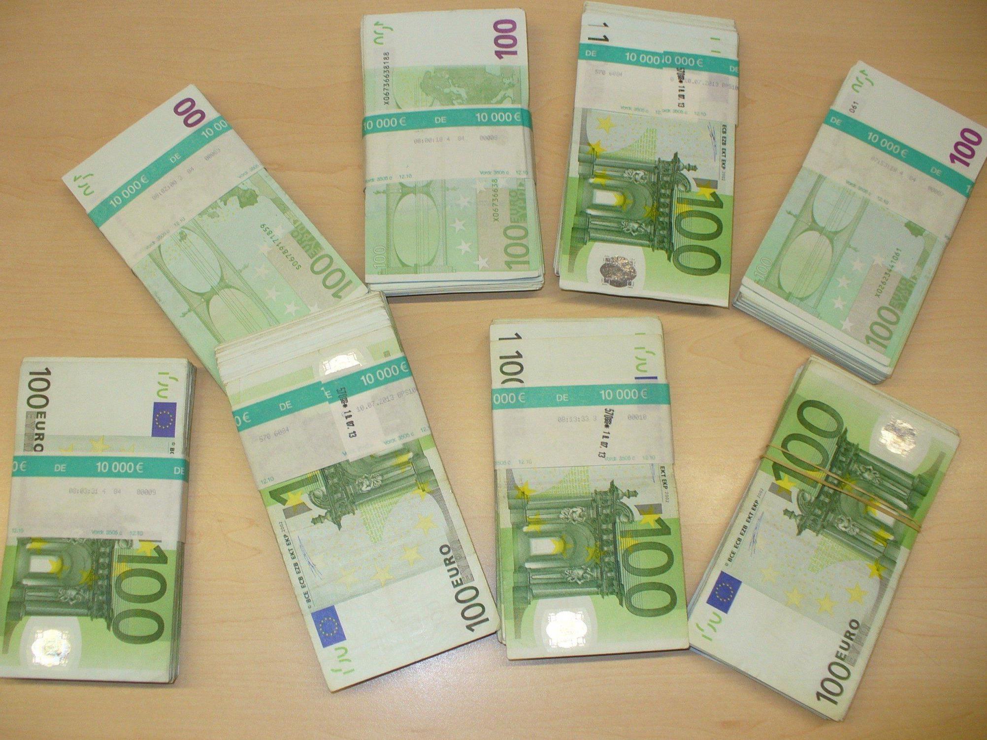 Lindauer Zöllner erwischten Reisenden mit 77.000 Euro Bargeld.