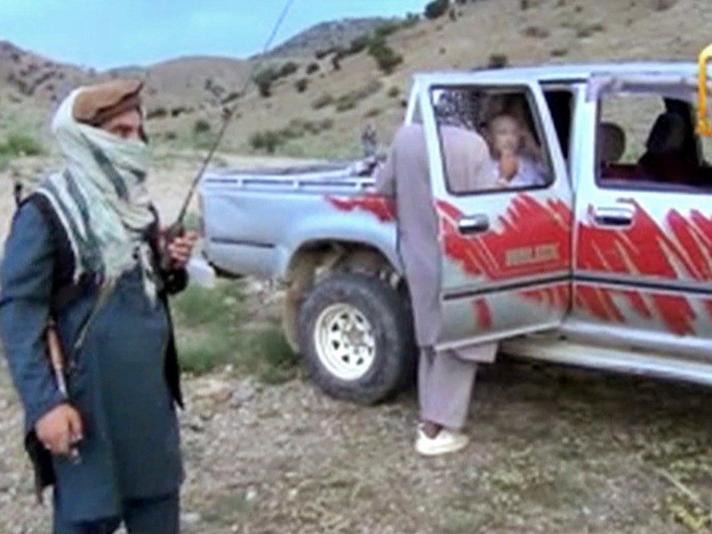 Bergdahl war am Samstag in der Provinz Chost übergeben worden. Im Gegenzug ließen die USA fünf Taliban-Funktionäre frei.