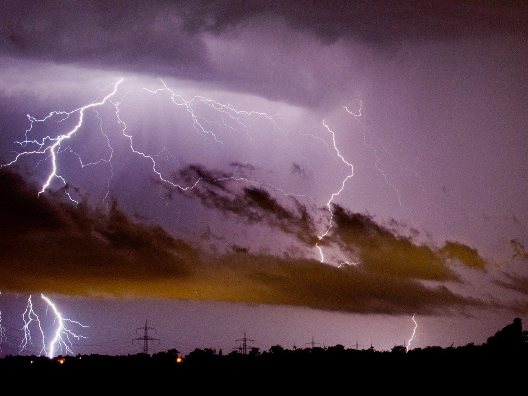 Unwetter in Vorarlberg: Blitz schlägt in Schwarzenberg in Haus ein.