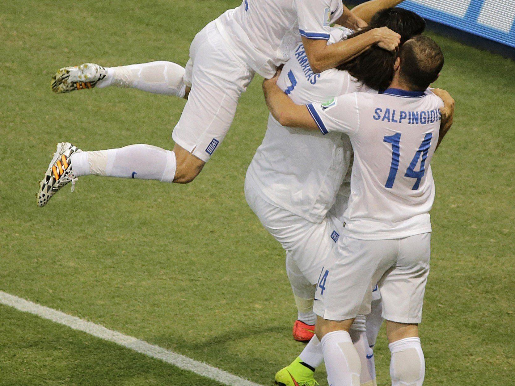 Griechenland feiert den Last-Minute-Sieg gegen Elfenbeinküste.