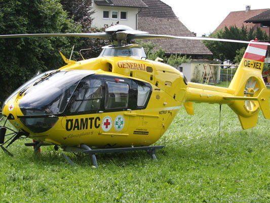 """Der Verletzte wurde vom Notarzthubschrauber """"C8"""" mittels Tau geborgen und ins LKH Feldkirch geflogen."""