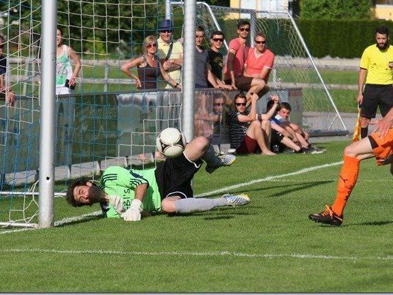 Röthis Goalie Christian Mendes hielt von Bizau Kapitän Dominik Helbock einen Strafstoß und dessen Nachschuss.
