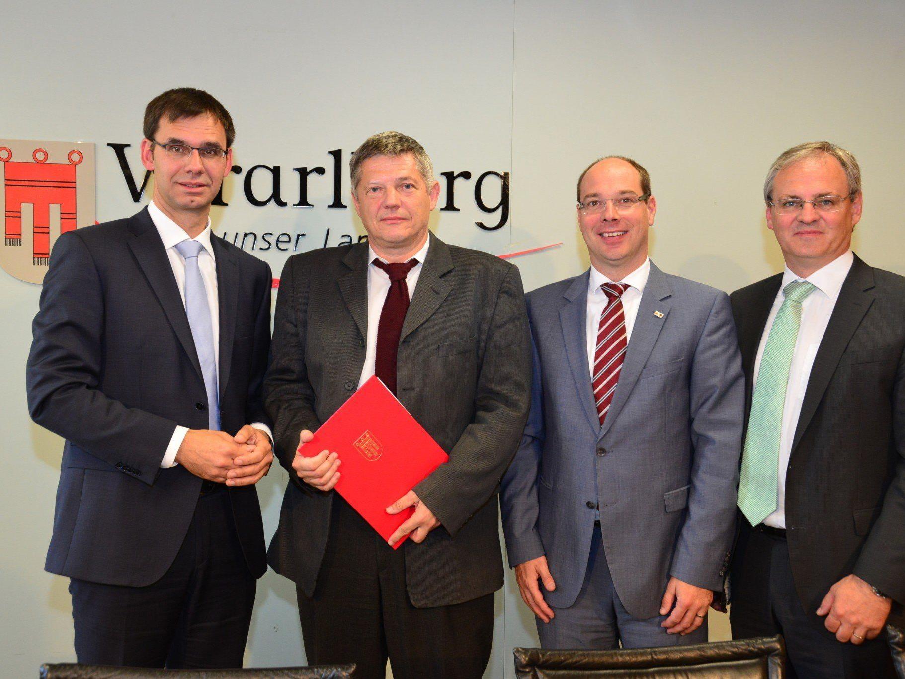 Der Landeshauptmann überreichte dem neu gewählten Leiter der FH Vorarlberg Oskar Müller das Ernennungsdekret zum Rektor.