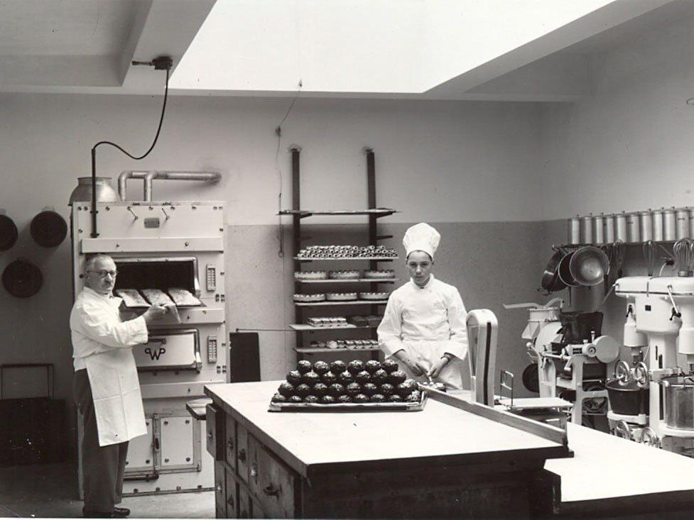 Firmengründer Hans Gunz im Jahr 1957 mit seinem Enkel Hansi Gunz, der den Betrieb heute noch führt.