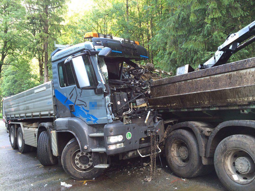 Zwei Lkw kollidierten in Schnepfau, ein Fahrer wurde schwer verletzt.