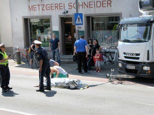 Durch den Zusammenstoß mit dem Lkw stürzte der Radfahrer auf die Fahrbahn.