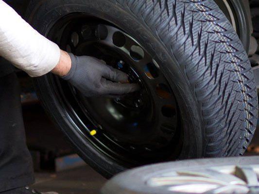 Die Reifen samt Felgen von zwei Fahrzeugen wurden abmontiert.