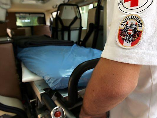 Die Rettung brachte den Mann mit schweren Kopfverletzungen ins Krankenhaus Dornbirn.