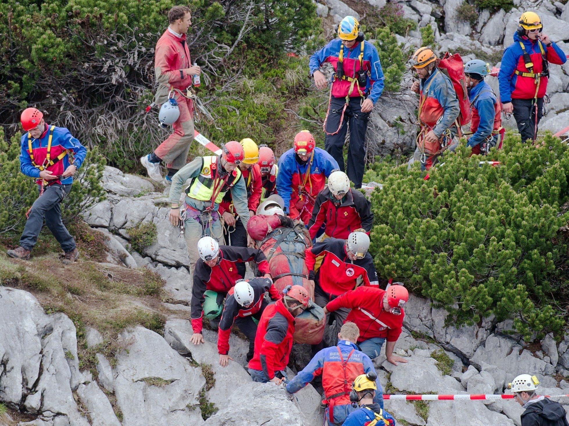 Der verletzte Höhlenforscher wird zur Sanitätsstation gebracht.