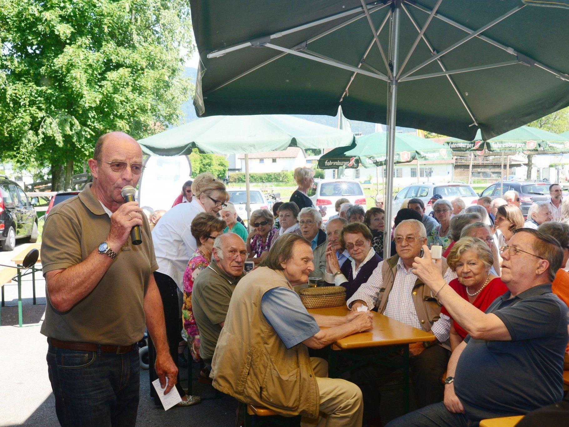 Obmann Gottfried Schröckenfuchs beim Sommerfest der Seniorenbörse.