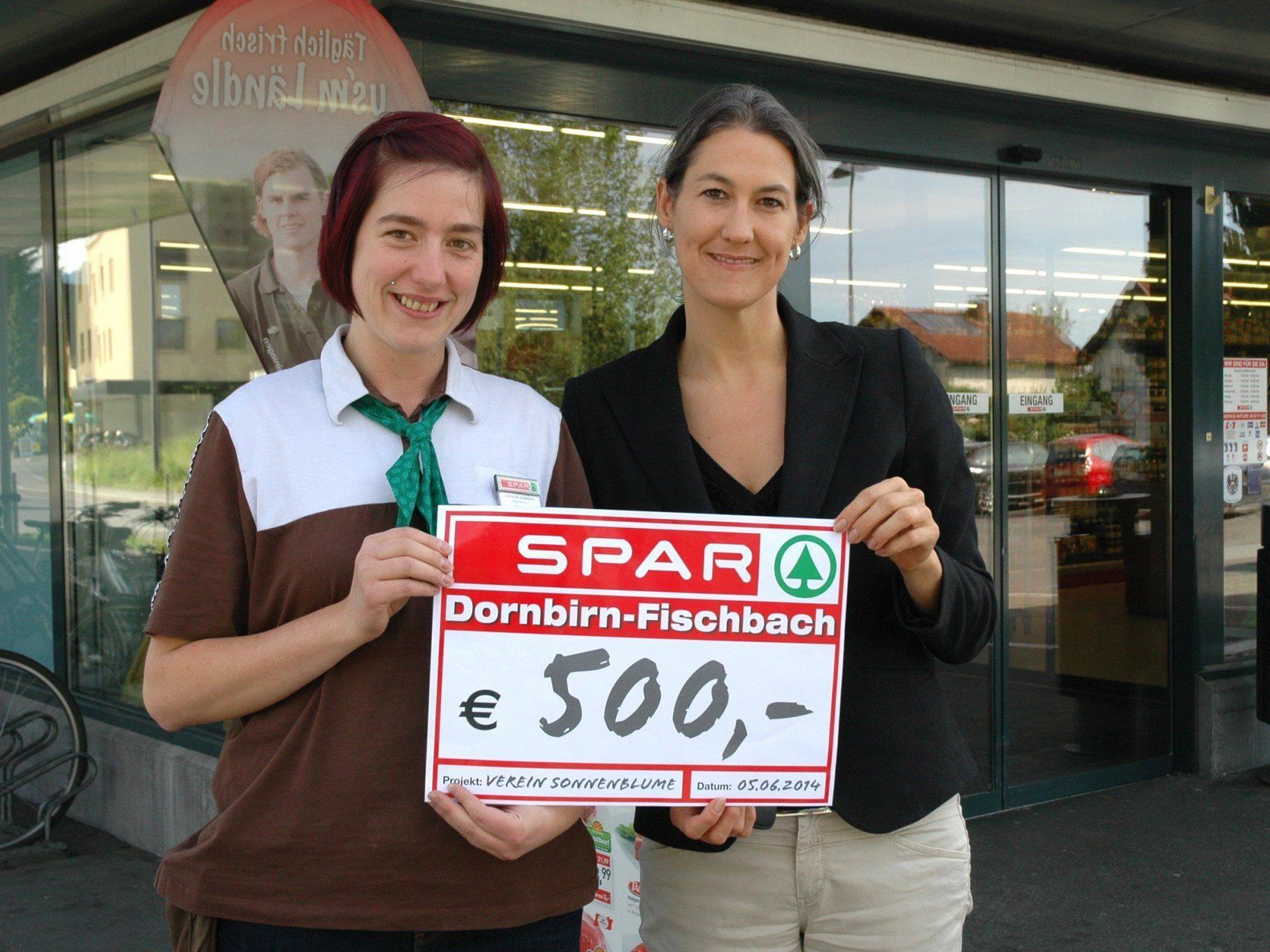 Marktleiterin Jennifer Hubmann (links) übergibt den Spendenscheck an Manuela Ortner, Obfrau des Vereins Sonnenblume.