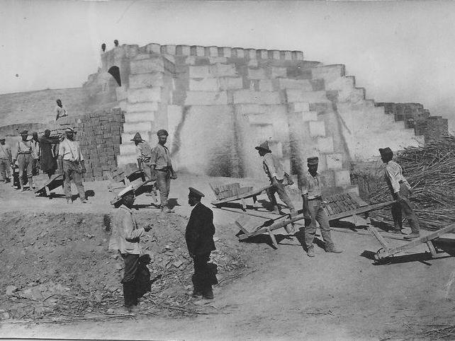 In dieser Ziegelei in der Steppe arbeitete Franz Praeg. Die Kriegsgefangenen bauten u. a. eine katholische Kirche. 1918 gelang ihm die Flucht.