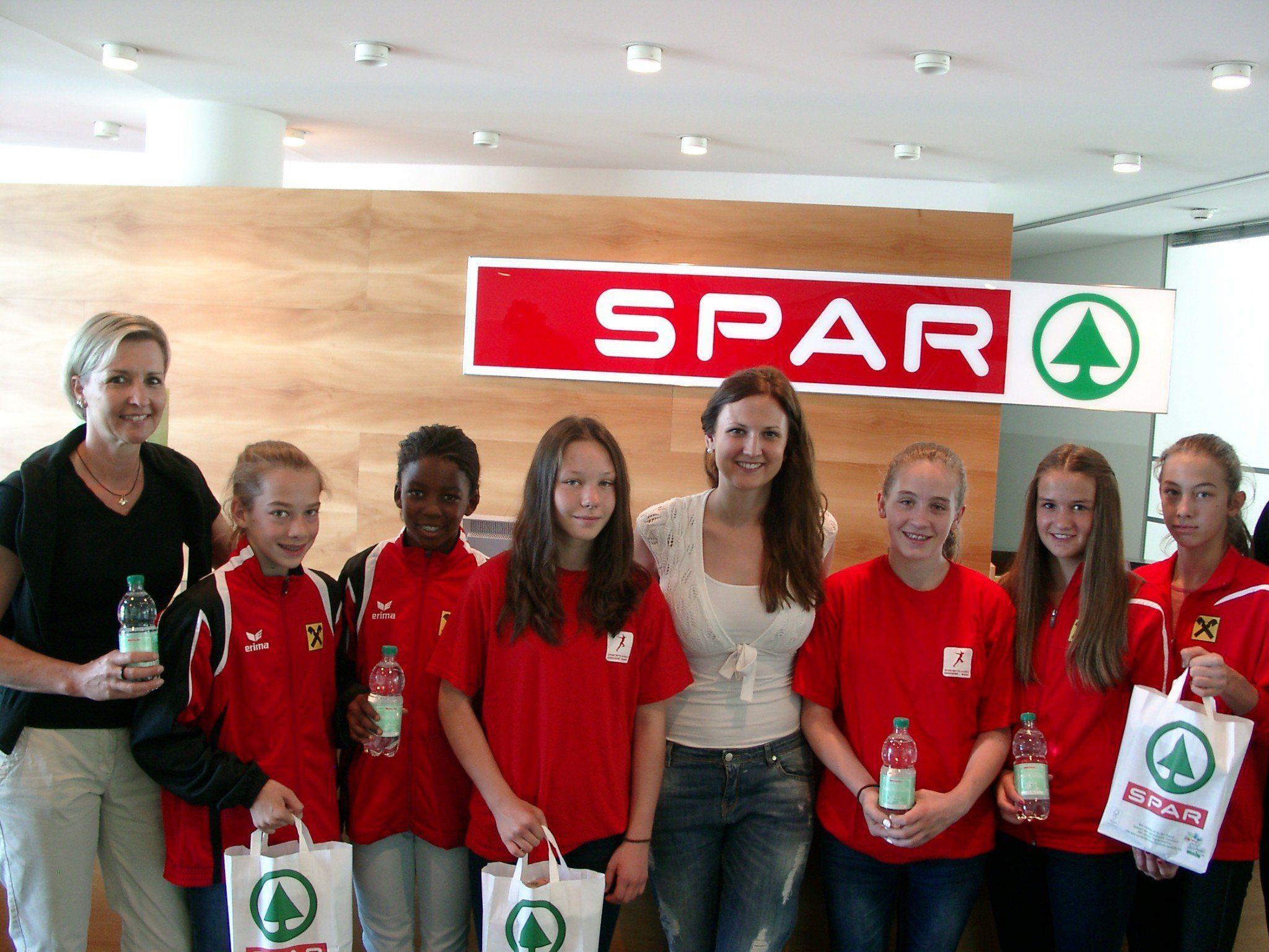 Die SMS Hohenems mit Lehrerin Renate Moosmann und Schülerinnen zu Besuch bei SPAR Vorarlberg mit Judith Bertignoll