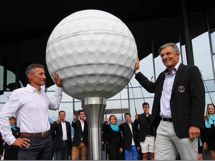 GC Montfort Rankweil Präsident Richard Fischer mit Bildhauer Claus Hartmann bei der Enthüllung der drei Tonnen schweren Skulptur.
