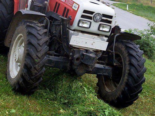 Kollision: Traktor wollte links abbiegen, Pkw setzte zum Überholen an.