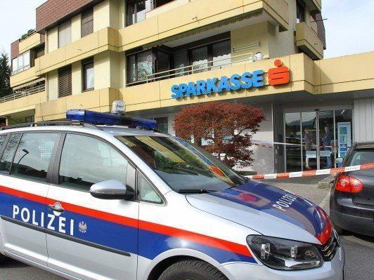 40-Jähriger überfiel Sparkasse in Feldkirch mit Messer und erbeutete 18.000 Euro.